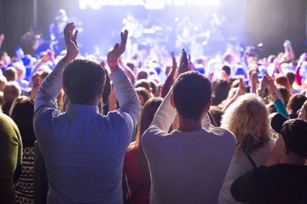 WEB the audience watching the concert on stage in big concert club 600x400 - Place aux arts vivants ! - OCA Bonneville